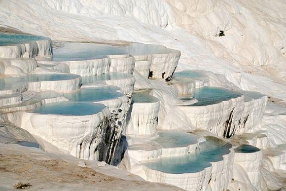 Terraza con agua cristalina en Pamukkale, provincia de Denizli, Turquía