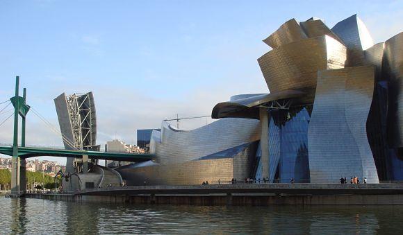 Fotografía del museo Guggenheim de Bilbao y su ría