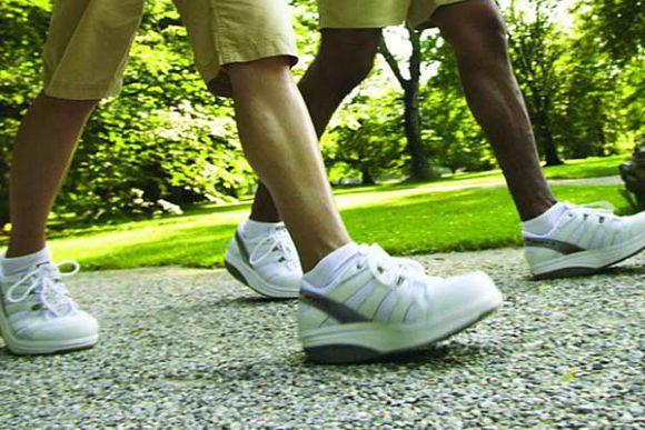 El ejercicio moderado nos ayuda a combatir el jet lag. Caminar es una buena opción.