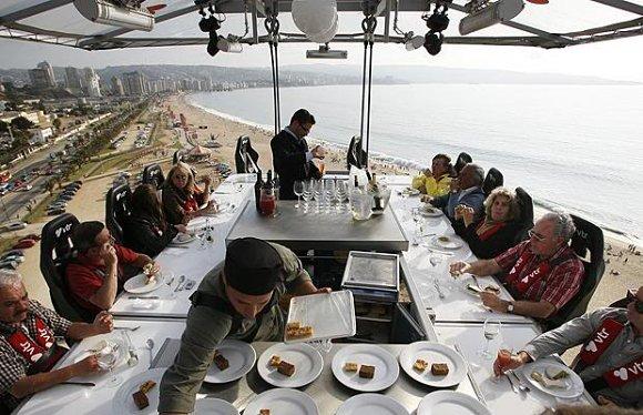 Con Dinner in the Sky comeremos deliciosamente a unos 50 metros de altura
