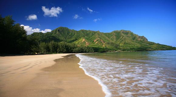 Playa de la bahía de Kahana en la isla de Oahu de Hawái