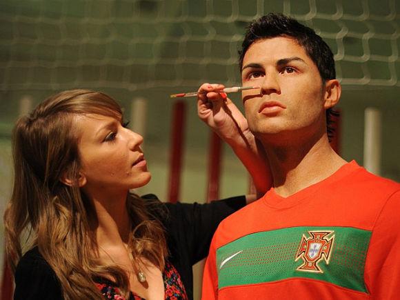 Retocando la estatua de cera de Cristiano Ronaldo en el museo Madame Tussauds de Londres