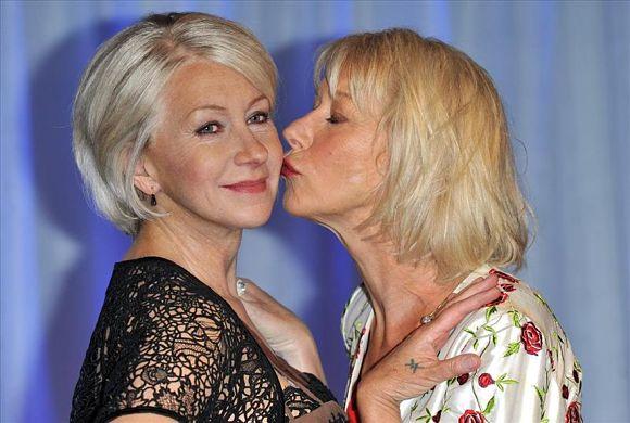 La simpática actriz Helen Mirren dando un beso a su doble de cera en el Madame Tussauds