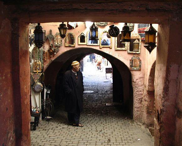 Tienda de un callejón ajena al bullicio de la Medina de Marrakech