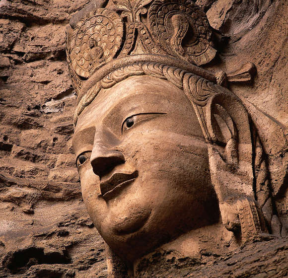Escultura esculpida en piedra en las cuevas de Mogao en China