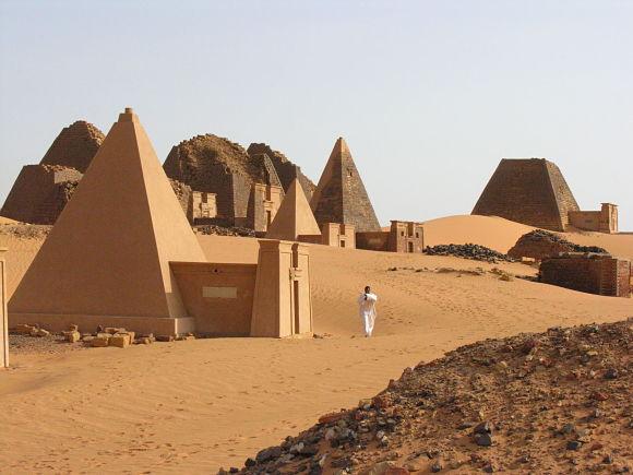 Fotografía de la necrópolis de Meroe con sus pirámides, Sudán.