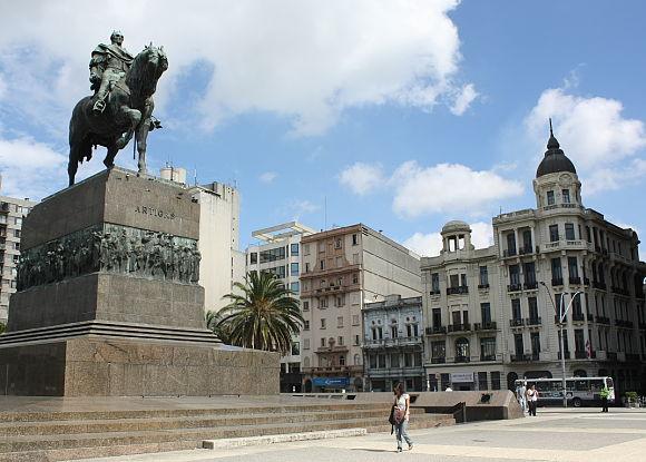 Monumento a José Gervasio Artigas en la Plaza Independencia de Montevideo, Uruguay