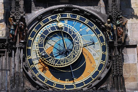 El famoso reloj astronómico de Praga visto desde cerca