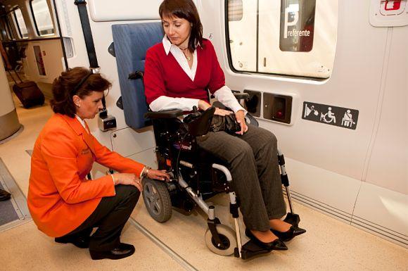 Los espacios en los trenes de Renfe para los viajeros en silla de ruedas tendrán anclajes