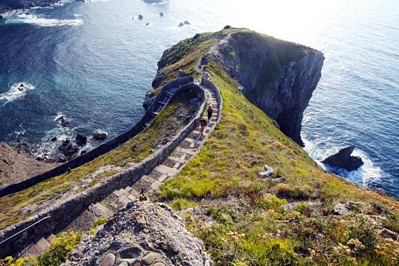 Vista de las escaleras desde lo alto de Gaztelugatxe