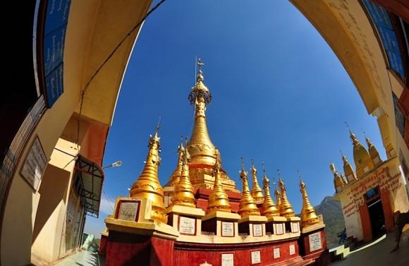 Pagodas doradas inundan el templo del Monte Popa, Birmania