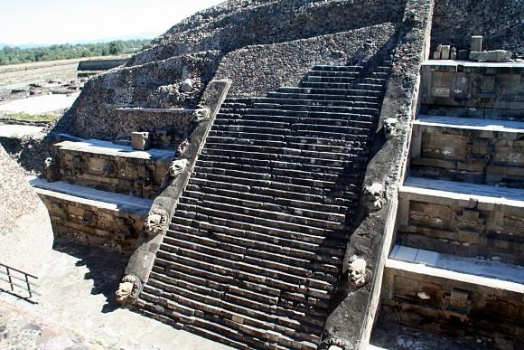Imagen de la fachada del Templo Quetzalcóatl en Teotihuacán, México