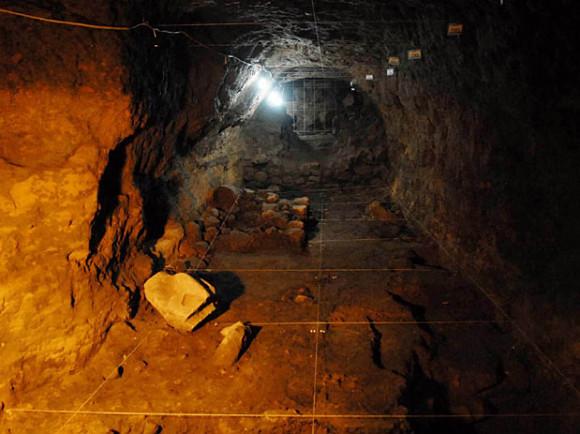 un túnel en la Pirámide de la Serpiente Emplumada en Teotihuacán