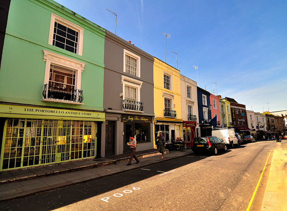 La Calle Portobello está ubicada en el barrio de Notting Hill, famoso por los colores de sus casas