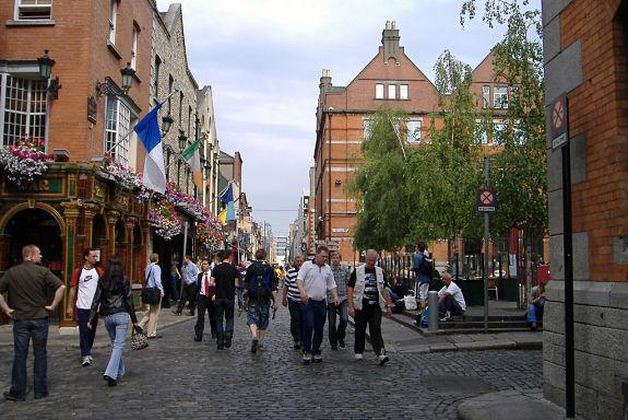 Pasear por las calles empedradas de Temple Bar, es algo que ningún visitante de Dublín puede perderse