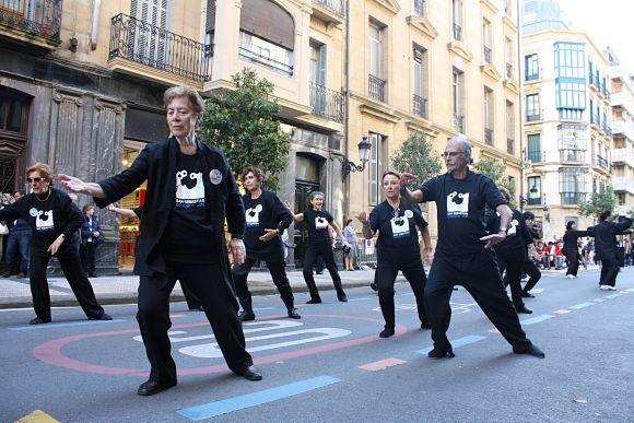 Antes de conocer la elección del jurado, los ciudadanos de San Sebastián salían a las calles para apoyar a su ciudad