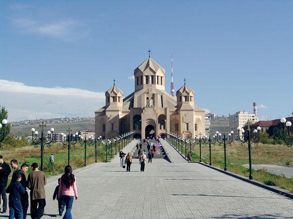 Turistas de camino a la Catedral de San Gregorio el Iluminador, en Erevan