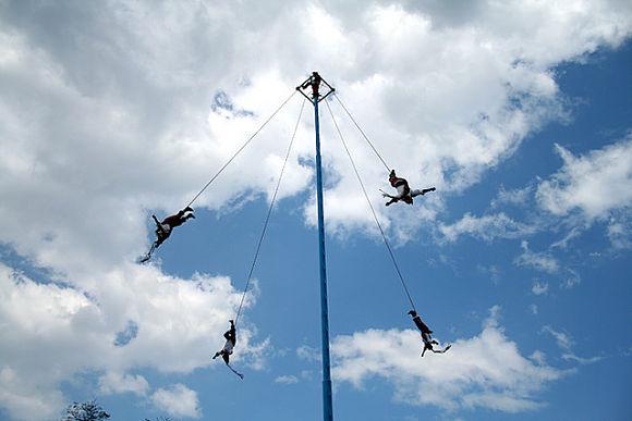 Imagen de los danzantes en pleno vuelo