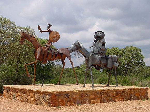 Esculturas de Don Quijote y Sancho Panza durante la Ruta del Quijote de las Lagunas de Ruidera