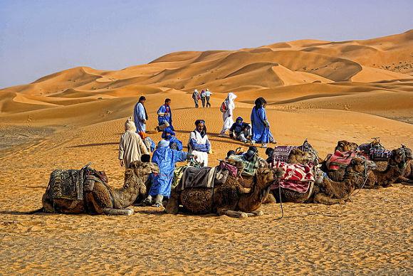 En Douz podremos realizar excursiones a camello y recorrer las dunas y oasis del desierto del Sáhara
