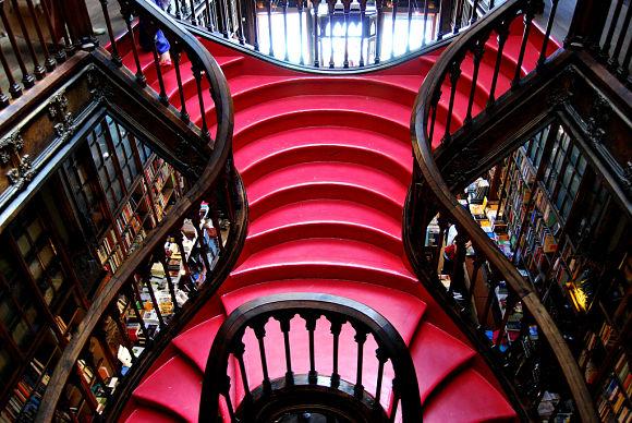 Imagen de las peculiares formas de las escaleras de la libreria Lello e Irmão talladas en madera