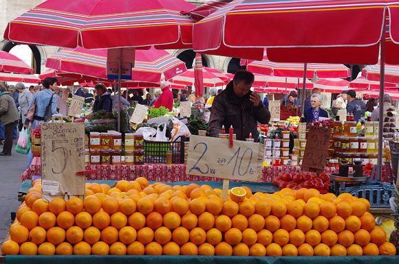 Puesto de frutas en el mercado Dolac