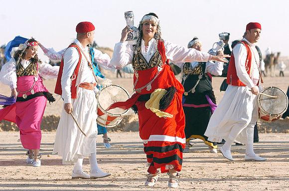 Instantánea del Festival Internacional del Sáhara, con sus habitantes ataviados con trajes tradicionales