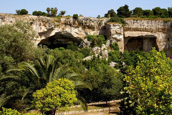Fotografía de la Latomía del Paradiso, la cantera de piedra más famosa del Parque Arqueológico de Siracusa