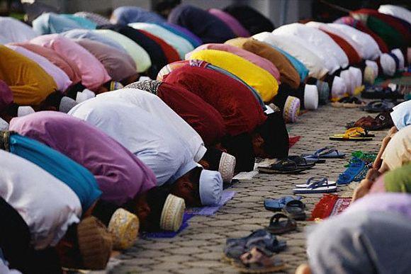 Durante el Ramadán, los musulmanes se dedican a la meditación y tienen que hacer un fuerte ayuno