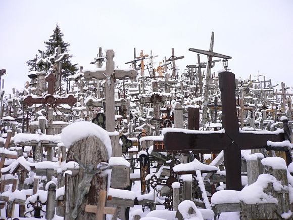 Fotografía de una nevada en la Colina de las Cruces, aumentando aún más el aire místico del lugar