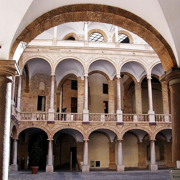Patio del Palacio Normando, una de las construcciones que esta civilización dejó en Palermo