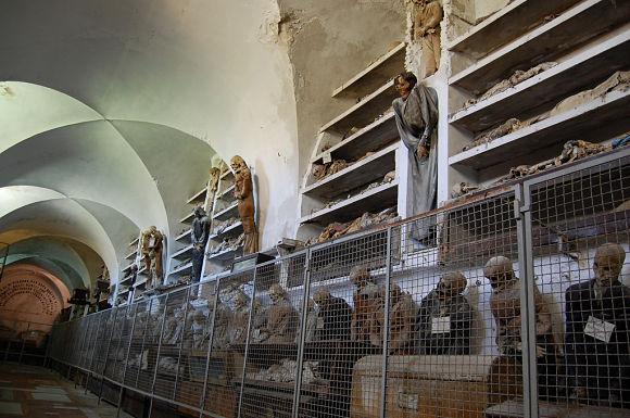 En las Catacumbas encontraremos largos pasillos llenos de momias organizadas en categorías como el sexo, la profesión o la edad de los fallecidos