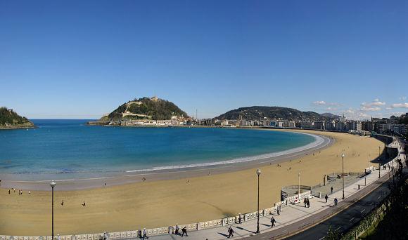 Fotografía de la playa de la Concha con el Monte Urgull al fondo