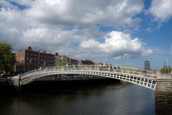 El barrio de Temple Bar limita con el Liffey, el río que pasa por la ciudad de Dublín