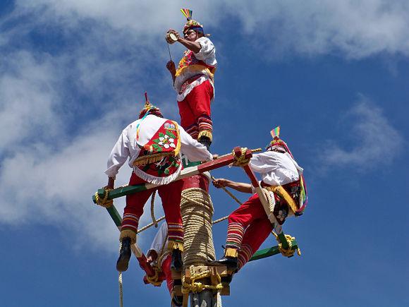 Voladores preparándose para el salto