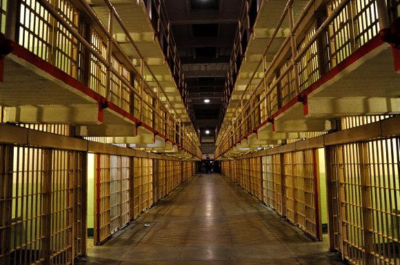 Fotografía del pasillo de la prisión de Alcatraz en California, Estados Unidos