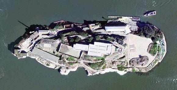 Vista de la isla de Alcatraz desde el aire en la bahía de San Francisco en California, Estados Unidos