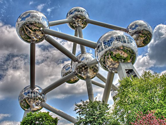 Hermosa fotografía con las esferas del Atomium en detalle, Bruselas