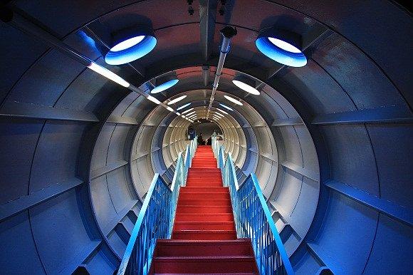 Las escaleras dentro del Atomium de Bruselas parece que te llevan a una nave espacial