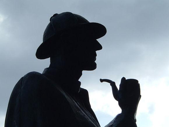 Relieve de la estatua de Sherlock Holmes con el sombrero de cazador y la pipa meerschaum