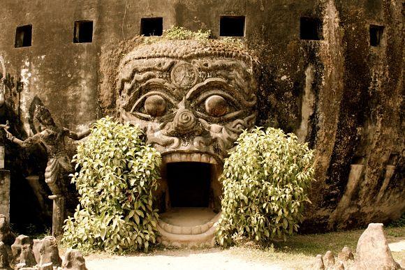 Monumento de cemento en el interior del Parque de los Budas de Laos