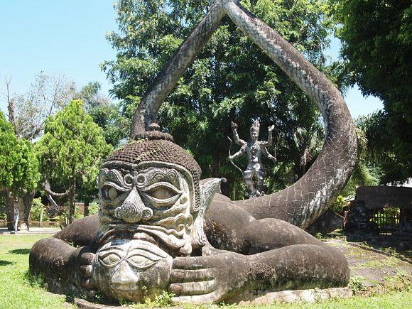 Original escultura de cemento en el Budha Park de Laos