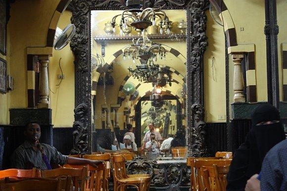 El Café Fishawi se le conoce también como el café de los espejos