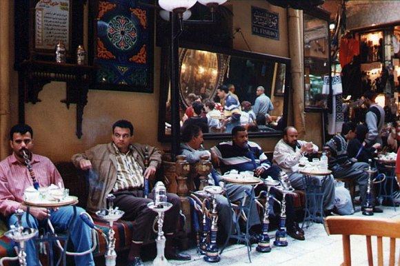 Personas fumando en el interior del Café El Fishawi en El Cairo, Egipto