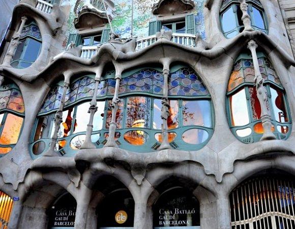 Fachada de la Casa Batlló del arquitecto Antonio Gaudí en Barcelona