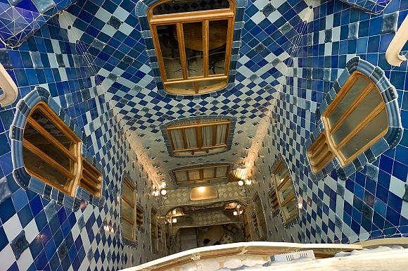 El patio interior de la Casa Batlló está decorado con azulejos azules