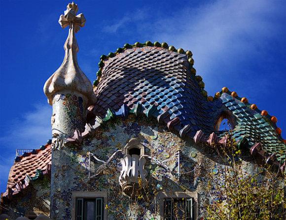 Detalle del tejado de la fachada de la Casa batlló de Antonio Gaudí