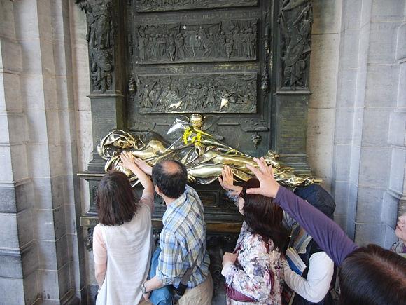 Personas tocando la estatua de Everard 't Serclaes en Bruselas