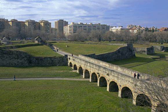 Puente de piedra arqueado que da acceso al interior de la ciudadela de Pamplona