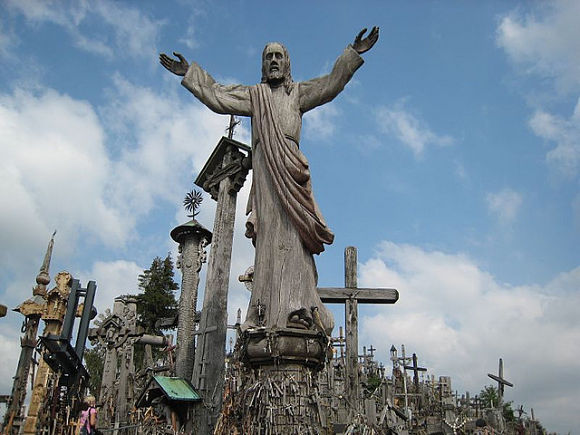 Un imponente Cristo recibe a los turistas que visitan la Colina de las Cruces